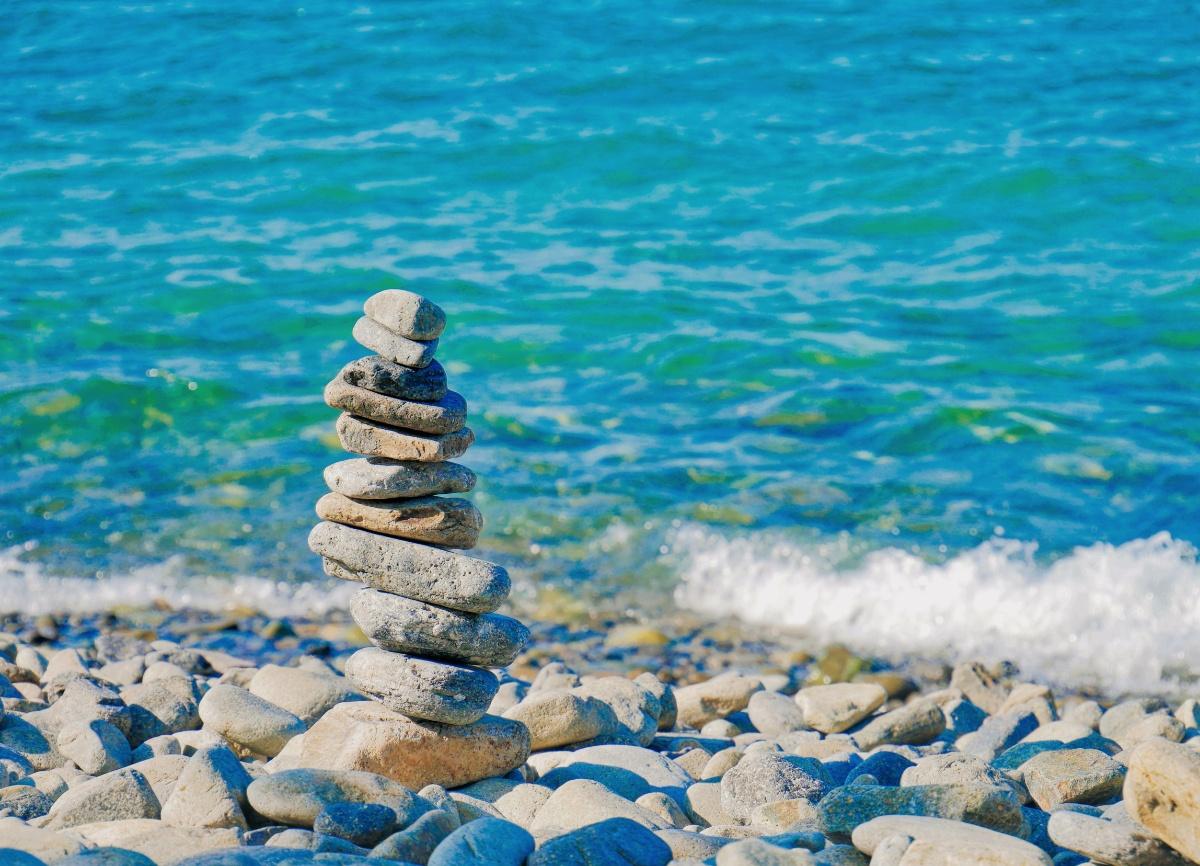 Rocks balancing by waves